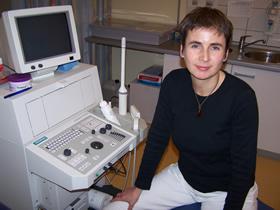 dieses Foto zeigt Frau Dr. Sigrid Tapken vor einem Ultraschallgerät